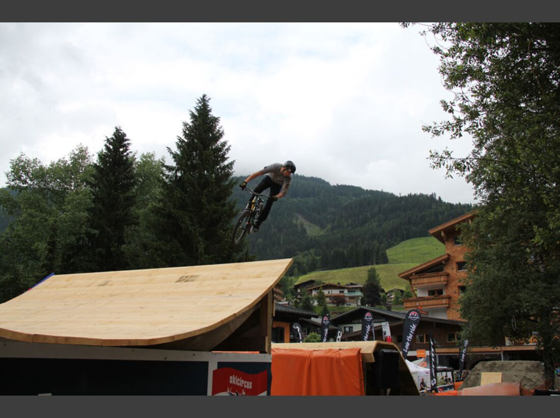 Bikes and Beats Tag 2 Impressionen: Mountainbike-Action, Musik und Festival 25
